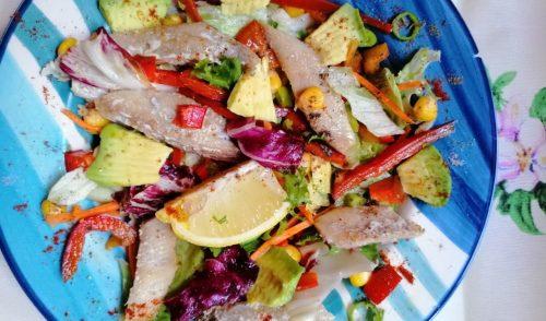 Salată cu hering, avocado și mix de legume