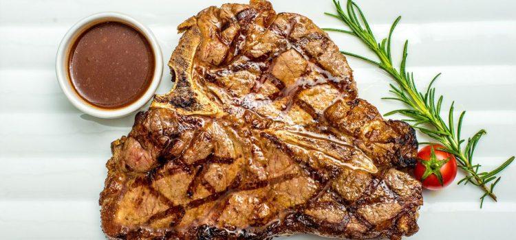 Red Angus Steakhouse și-a lansat divizia de livrări prin care poți comanda nu doar mâncare, cât și vinuri și alte băuturi
