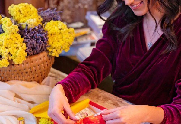 Cadouri cu personalitate: sfaturi utile de împachetat daruri de sărbători