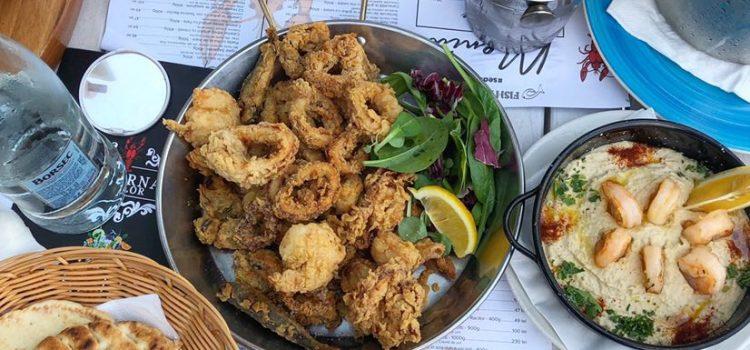 Taverna Racilor. Humus cu creveți sau caracatiță și ulei de trufe, pui de baltă, crabi proaspeți și aer de vacanță
